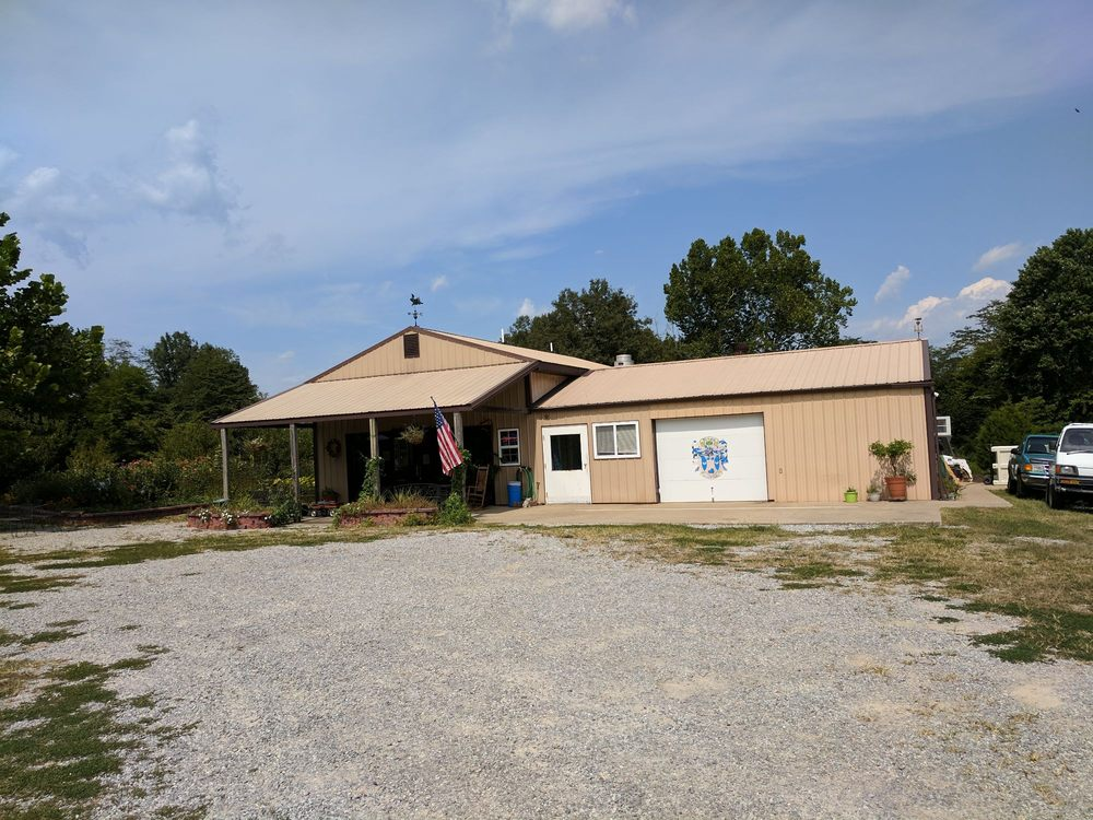 Hogg Hollow Winery: 48 E Glendale Rd, Golconda, IL