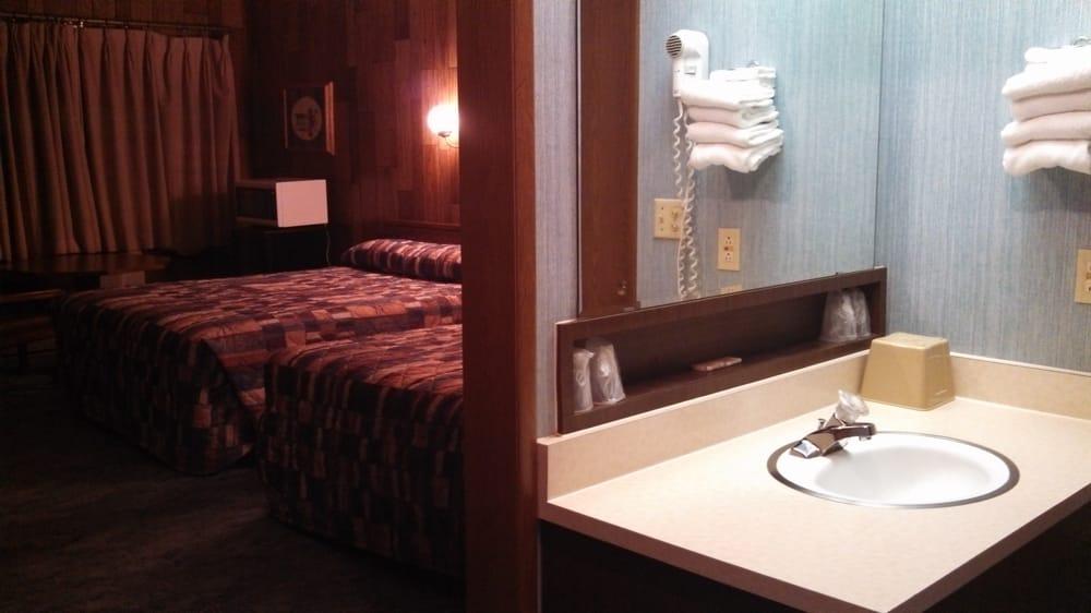 Frontier Motel: 75 S Main St, Roosevelt, UT