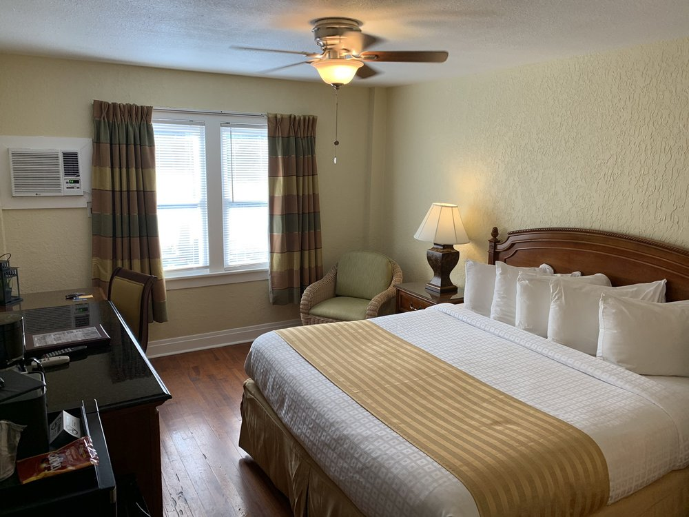 Hollander Hotel: 421 4th Ave N, St. Petersburg, FL